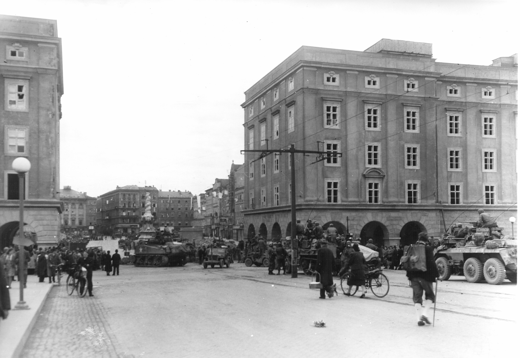 us_truppen_in_linz_am_5__mai_1945_quelle_ooela.jpg